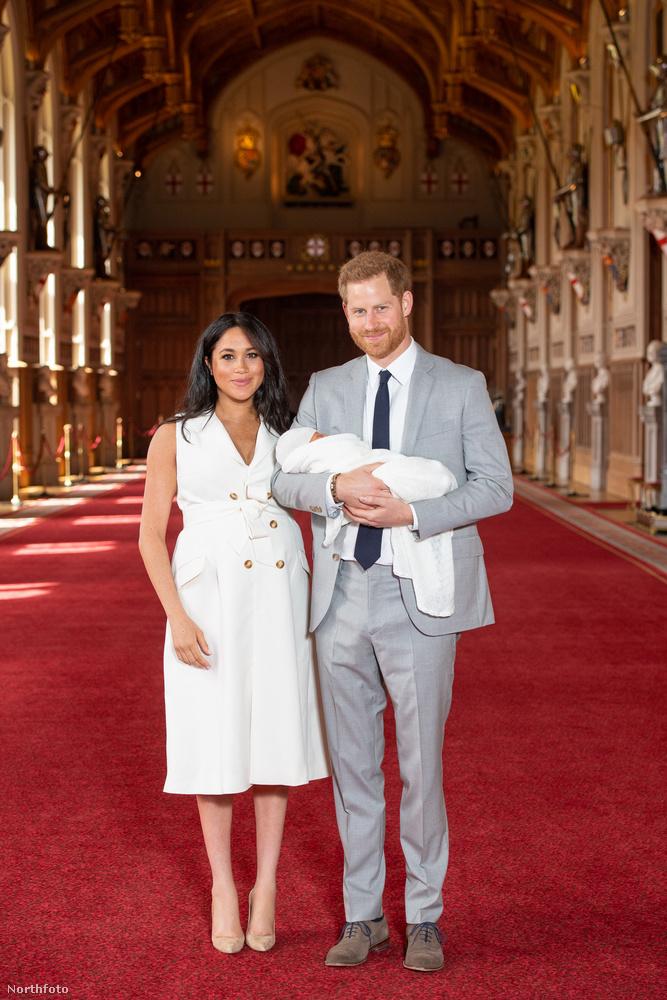 Két nappal a születése után, ma mutatta meg először első gyerekét Harry herceg és Meghan Markle