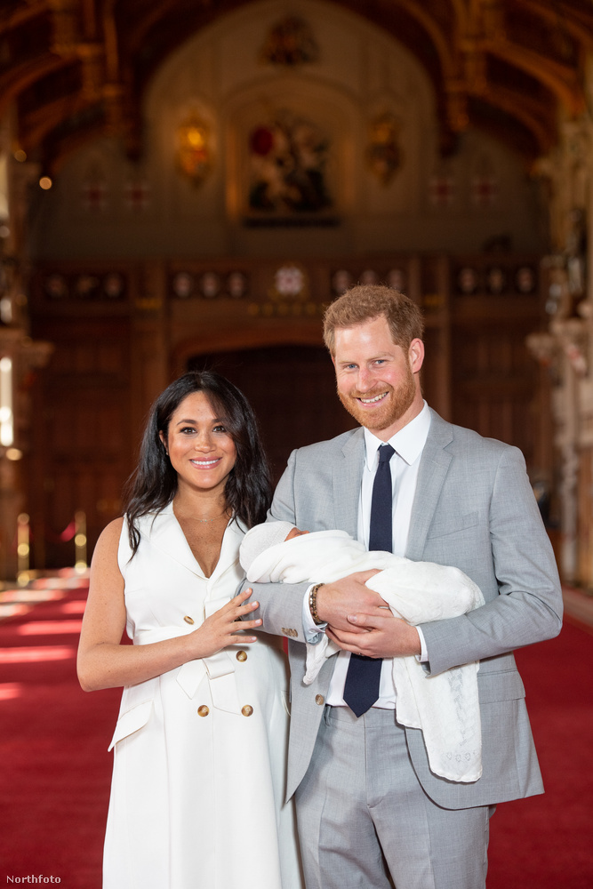 A házaspár a berkshire-i Windor Castle-ben mutatták meg a bepólyált csecsemőt, akit Harry herceg tartott a kezében