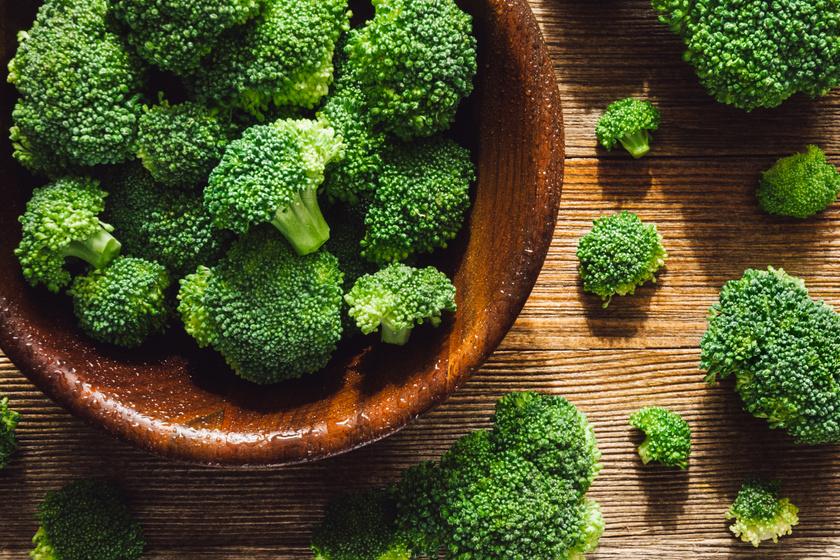 A brokkoli A-, komplex B-, C-, E- és K-vitaminjai, valamint a zöldség értékes antioxidánsai hatékonyan csökkentik a gyulladást, miközben természetes ragyogást kölcsönöznek a bőrnek.