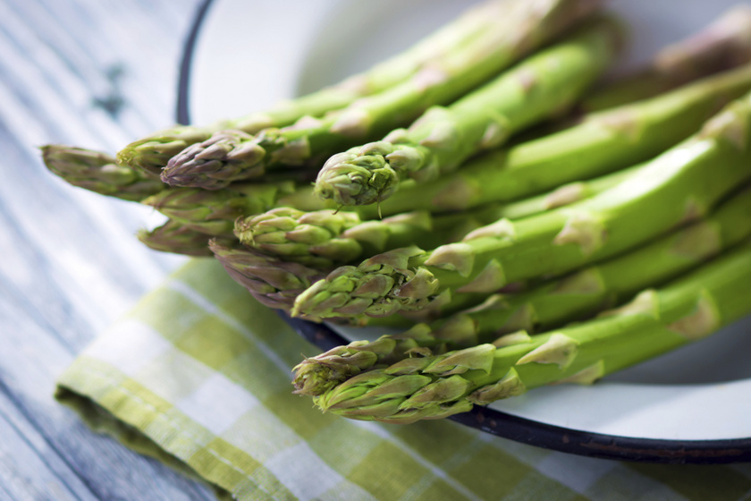 Májusban elkezdődik a sokak által várt spárgaszezon is. A vízhajtó, antioxidánsokban és ásványi anyagokban gazdag zöldség rengetegféle módon elkészíthető.