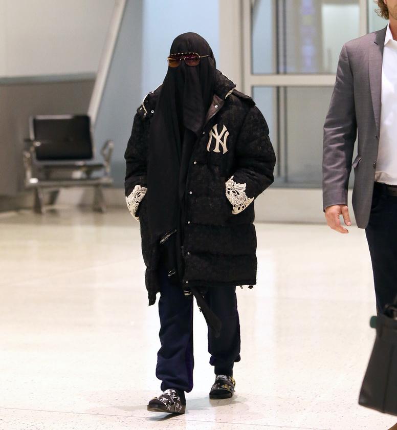 Bár a Met-gáláról lecsúszott, nem akart teljesen kimaradni a beöltözős buliból Madonna, aki egy burkába burkolózva jelent meg a JFK reptéren
