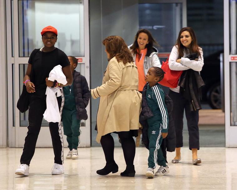Madonna nem egyedül érkezett a reptérre, a családja is vele utazott