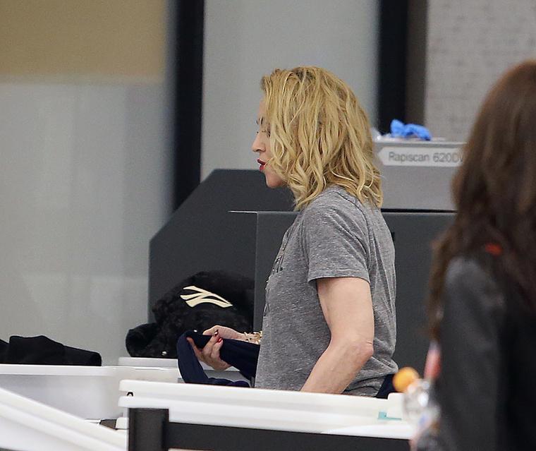Madonna szenvtelen arccal esett át a biztonsági vizsgálaton, valószínűleg csak azt fájlalhatta, hogy meg kellett válnia a nem túl kreatív álruhájától