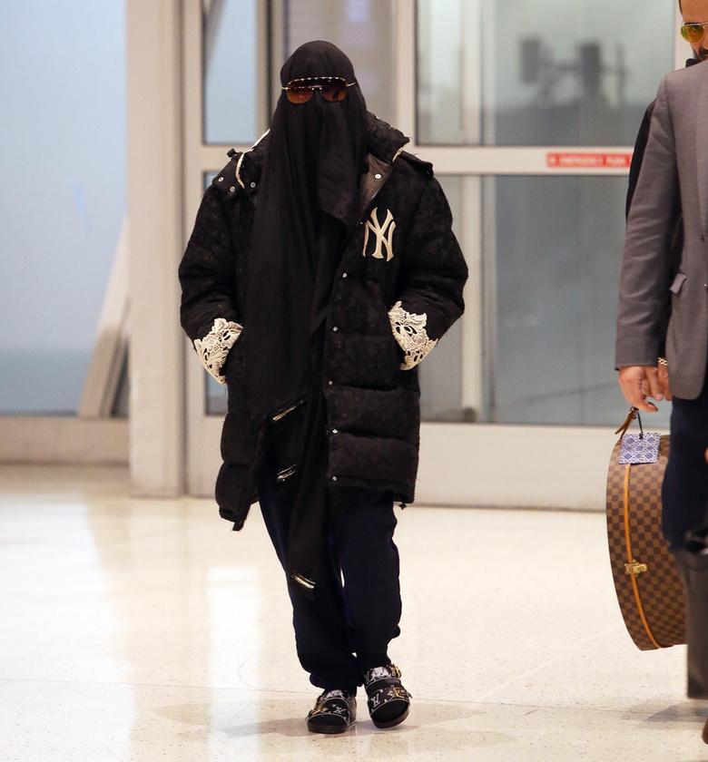 Az énekesnő reptéri szettje egy fekete burkából, egy bélelt kabátból, egy Louis Vuitton cipőből, egy sötét napszemüvegből és egy New York Yankees feliratú szürke pólóból állt