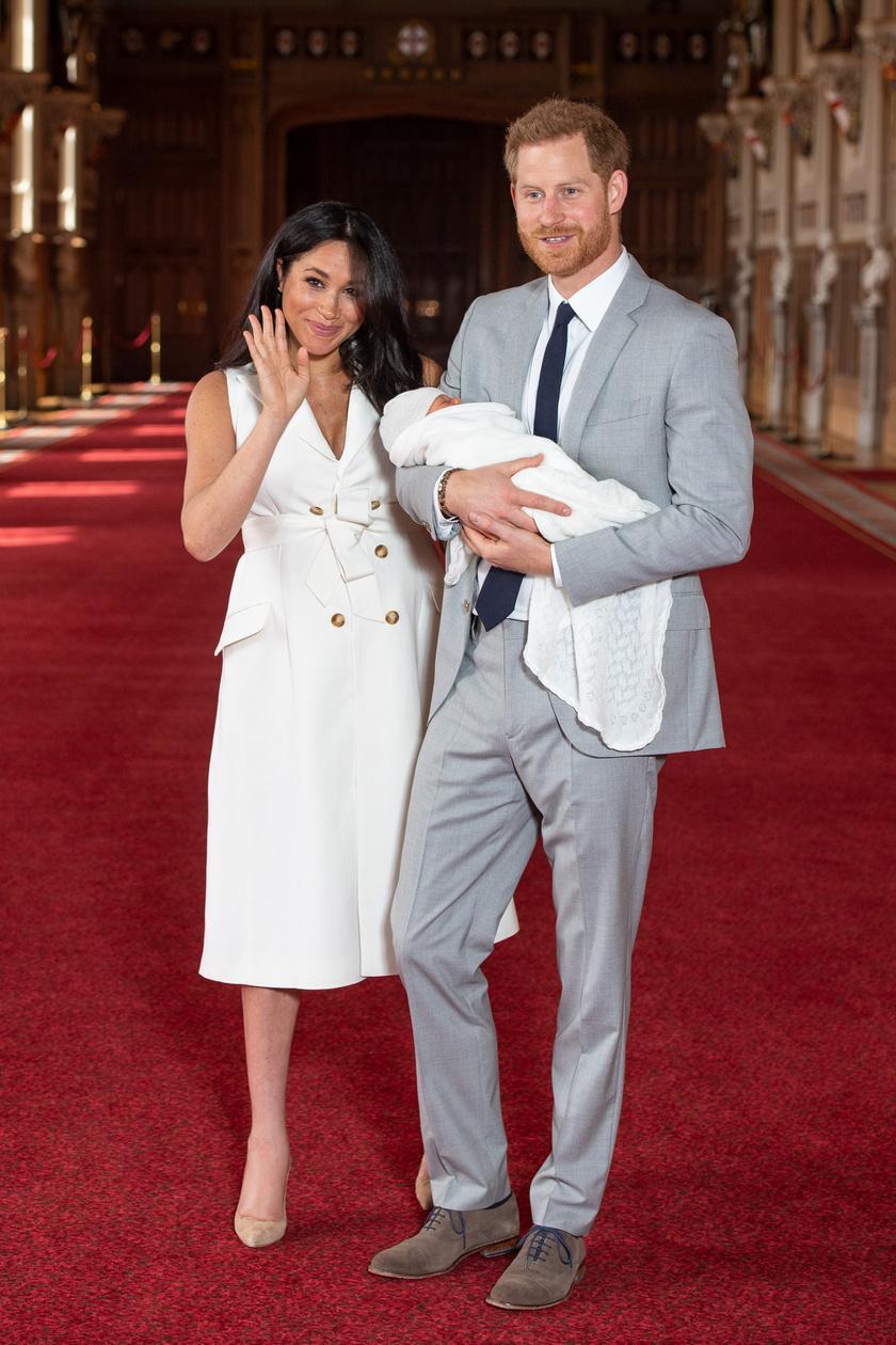 Meghan hercegné a szülés után két nappal lépett először kamerák elé Harry herceggel és az újszülött fiukkal.