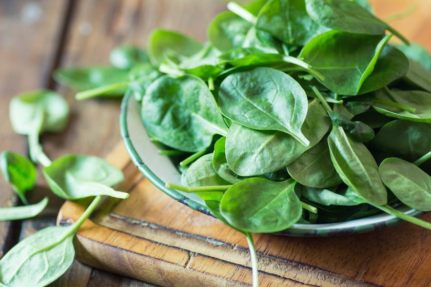 A spenót nemcsak a vas pótlására jó, hiszen rengeteg folsav, A- és K-vitamin, kálium, magnézium és szelén is van benne. A tavaszi zöld rizottó spárgával és spenóttal a legfinomabb.