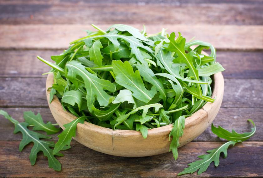 A rukkola tele van minden jóval: káliumban, A-, C- és K-vitaminban gazdag, egészséges szendvicsfeltét, szuper ízt ad a salátáknak, de pestóba is kerülhet, és akár az erkélyen is megterem.