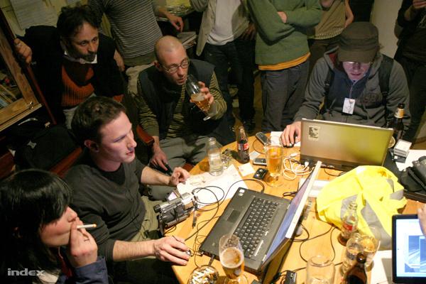 Ács Dani és Kovács Ádám a 2007 március 15-i zavargások idején, a Sirályban felállított akciószerkesztőségben. Ez volt Ács első munkanapja az Indexben.