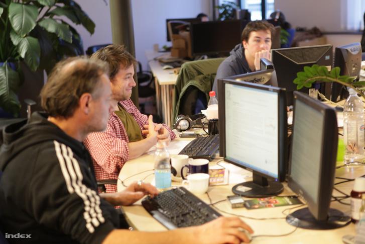 Vajda Gábor, Horváth Bence és Herczeg Már a news roomban