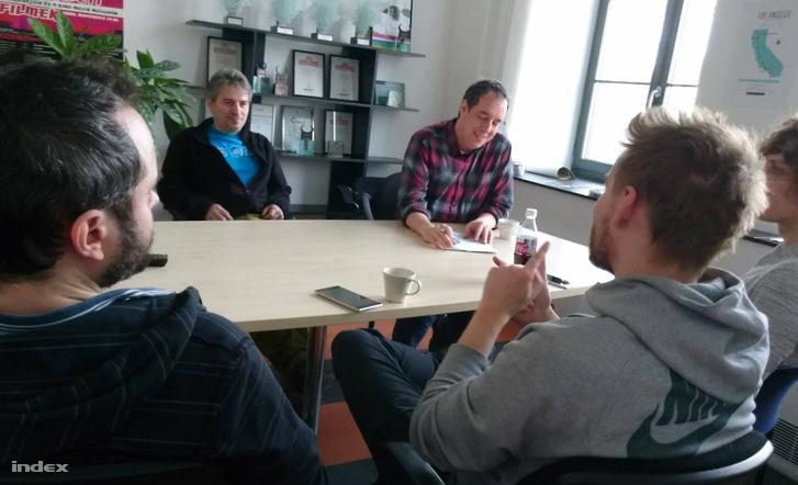 Iván András, Tenczer Gábor, Tóth-Szenesi Attila, Fábián Tamás és Német Tamás jó hangulatban megbeszélik a teendőket