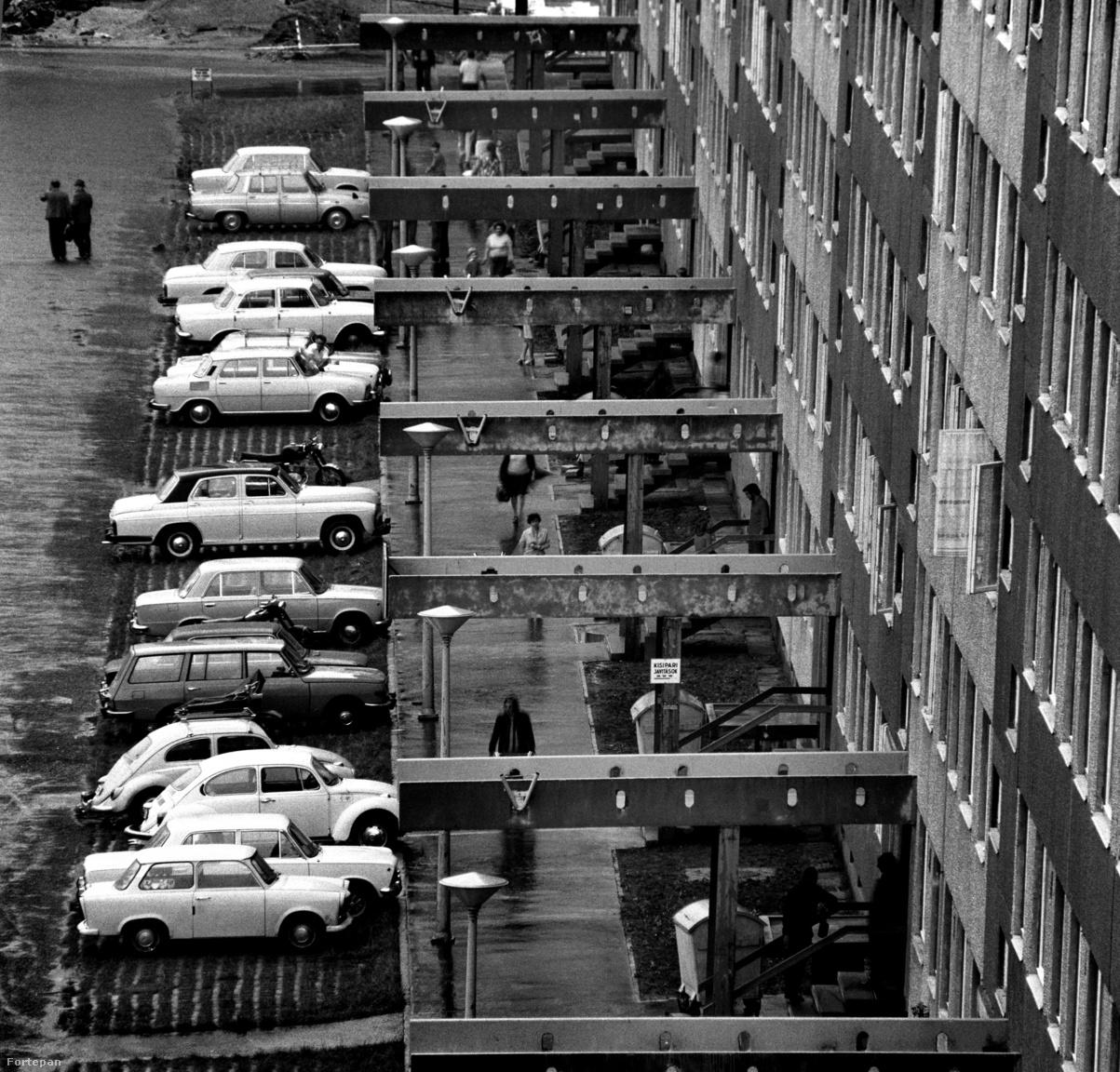 """A tervek szerint Újpalotán 60 ezer embernek akartak otthont nyújtani. A területre 14.105 lakást, 700 bölcsődei helyet, 1400 óvodai helyet, 140 tanteremet, 2520 méter alapterületű orvosi rendelőt, 18.340 méter alapterületű kereskedelmi egységet és 4900 méter alapterületű """"kulturális egységet"""" akartak felépíteni. A lakókat kiszolgáló, gyógyszertárnak, postának, hivataloknak helyt adó , egyszintes """"lepényépületeket"""" viszont csak azután kezdték el felépíteni, hogy az utolsó panelek is felépültek. Addig ideiglenesen felhúzott bódékban vagy a csarnokban lehetett vásárolni, dolgokat intézni."""