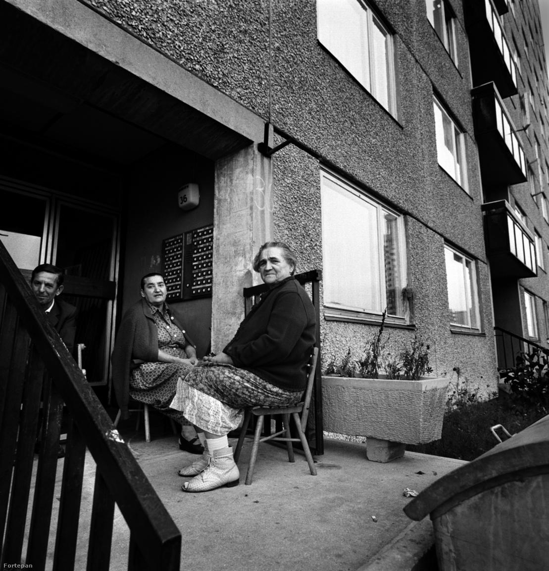 A lakótelepre sokan vidékről költöztek be, akik, főleg az idősebbek megpróbálták a falun kialakított életüket folytatni a betontengerben: nevelték a muskátlikat az erkélyeken és diskuráltak a kapuban. A fiatalabbaknak erre nem nagyon volt ideje, néha még az egy szinten lakók sem ismerték nagyon egymást. Horváth Péter szerint pedig idővel a képen látható találkák is megszűntek.