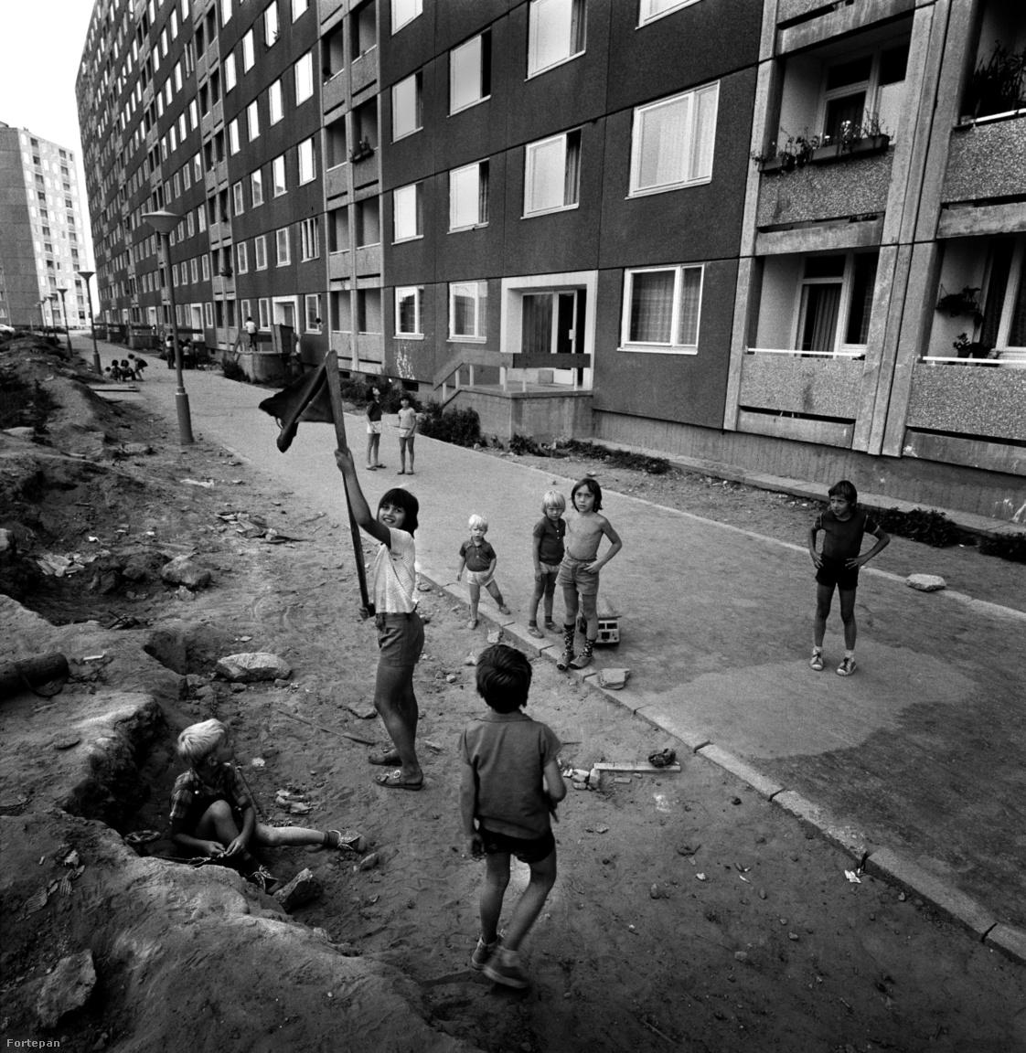 Ahogy ezen a képen látható, a kezdeti időszakban nem igazán volt rend a lakótelepen, a félig már lakott, félig még épülő városrészben elég rendezetlenek voltak a viszonyok az utcán. A járda mellett néhol halomban állt a sitt, a panelek helyén elbontott épületek törmeléke, a szemét. Éppen ezért kezdetben nem volt a leghívogatóbb hely, így sok családnak az első látogatáskor nagyon győzködnie kellett magát, hogy jó lesz nekik Újpalotán.