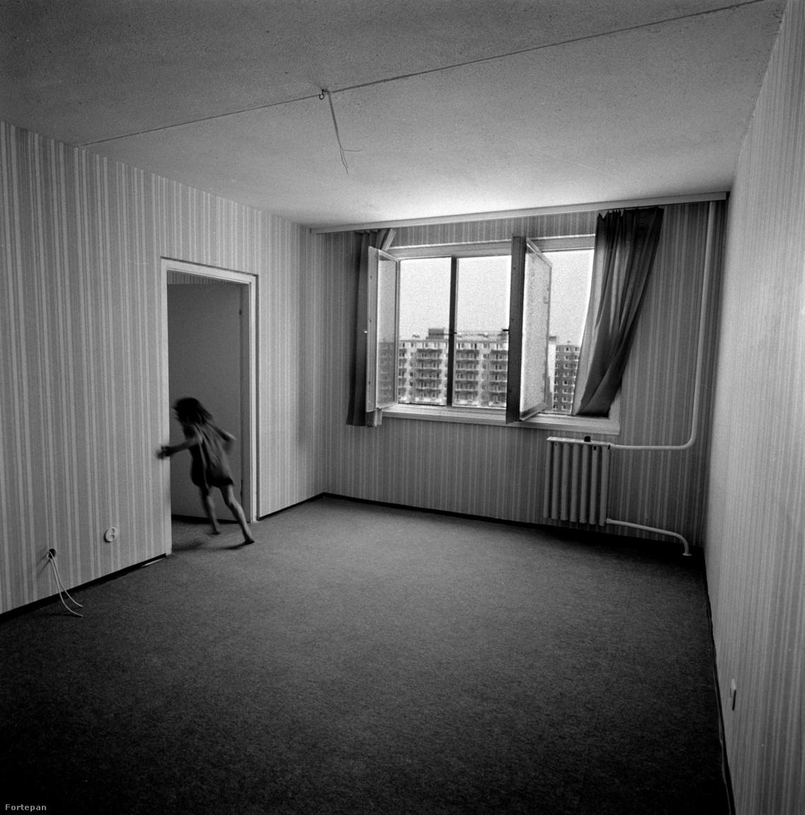 1046: Az újpalotai panelekbe tipikusan faluról vagy a belvárosból költztek családok, akiknek a több szobás, külön fürdőszobás, napos lakások hatalmas lépést jelentettek a komfort nélküli szobakonyhák után. Ennek a leglátványosabban a gyerekek örültek. Horváth Péter elmesélte, hogy egyszer segített beköltözni egy családnak, ahol a kislány, miután fölfedezte magának a lakást, ámultan jelentette, hogy itt több szoba is van. A nagymamám pedig azt mesélte, hogy a beköltözésük után a alig lehetett az akkor a képen látható kislánnyal egykorú anyukámat és nagynénémet kirobbantani a fürdőszobából. El voltak tőle ájulva,  mert a VII. kerületben csak lavorban lehetett fürödni a szobában.