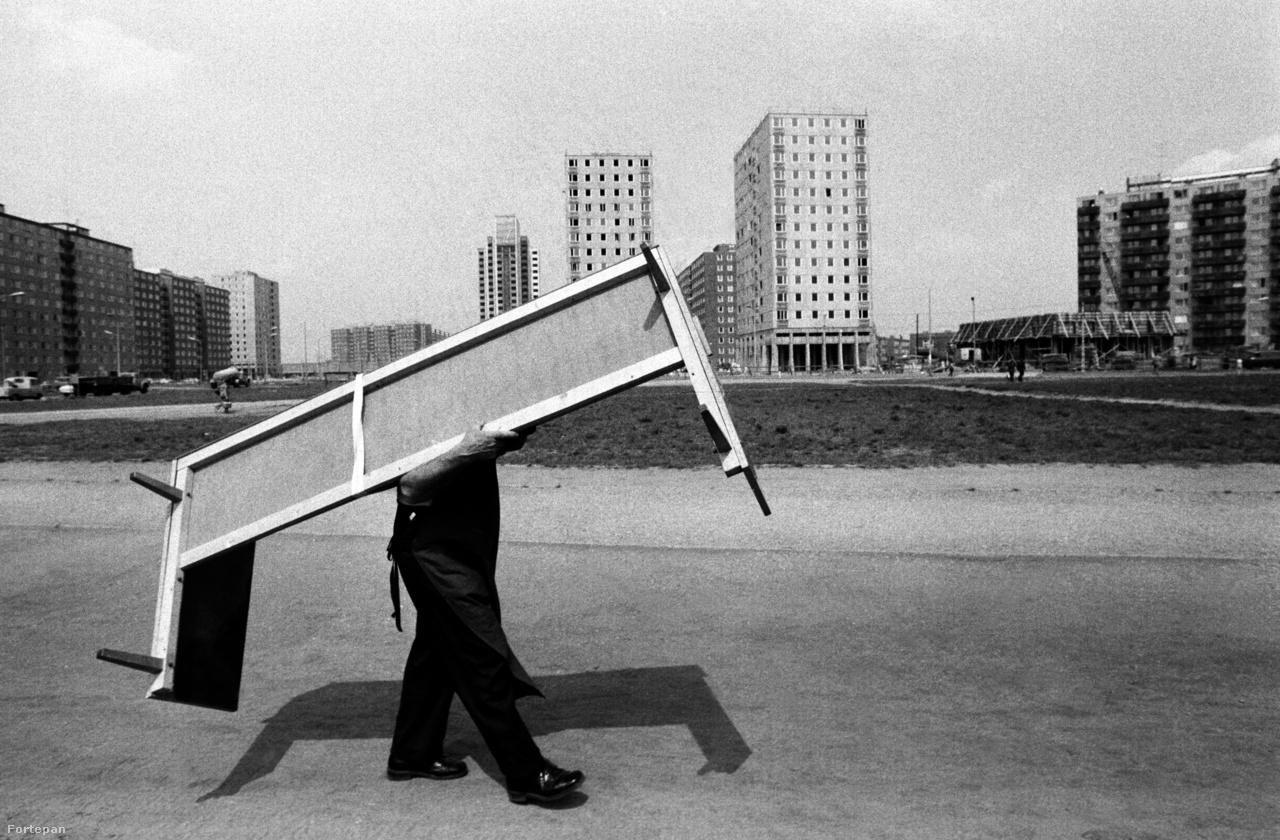 """Az újpalotai lakótelepet 1967-ben kezdték el építeni, pontosabban előkészíteni az építkezést, az alapkövét, pontosabban az """"alapkőletéteményi okmányát"""" 1969-ben helyezték el a Fő téren, a Tanácsköztársaság kikiáltásának 50. évfordulója. A terveket"""
