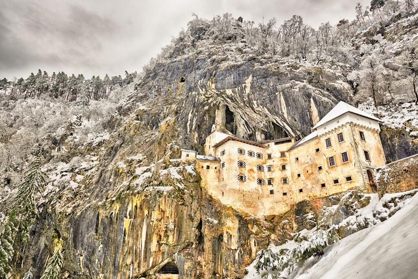 A Predjama-lovagvárat a 16. században építették egy sziklafal nyílásához. Ettől szinte teljesen beleolvad a környezetébe.