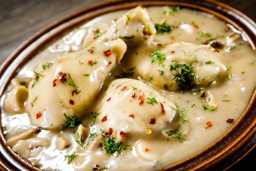 Tepsiben sült csirkecomb tejszínes gombamártással: omlós és szaftos