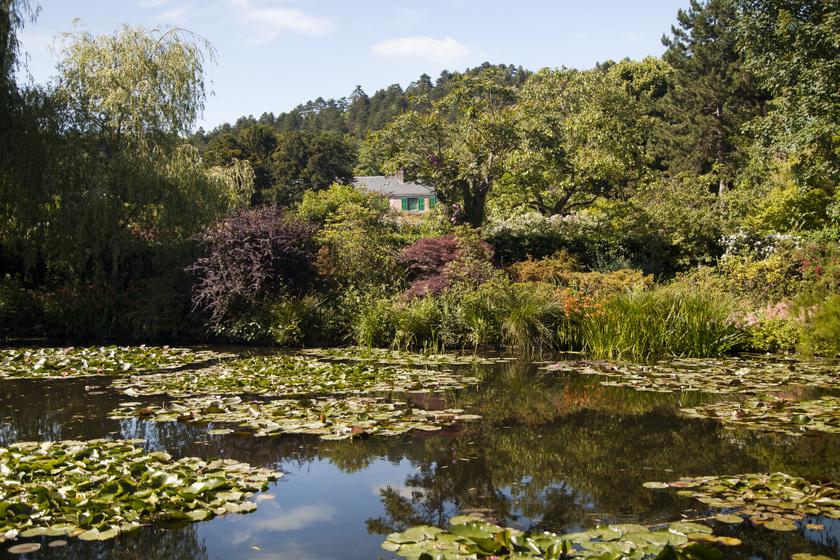 Claude Monet az 1800-as évek végén költözött Giverny-be, egy aprócska villába, megbújva a természetben.
