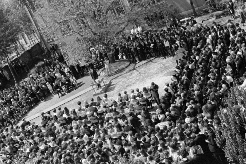 Ahogy ma is, akkor is szép számmal összegyűltek diákok, tanárok és szülők, az iskolaudvaron. Sorban elhangoztak a beszédek. (1970)