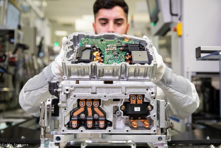 A gyári dolgozó az elektromos járművek teljesítményelektronikájának gyártásához invertert és egy 12 voltos tápegységet szerel a jármű elektromos rendszeréhez. A hibrid és elektromos járművek teljesítményelektronikája az elektromos motor és a nagyfeszültségű akkumulátor közötti alkatrész, amelyet arra használnak, hogy a vezetési követelményeknek megfelelő különböző áramokat biztosítsák.