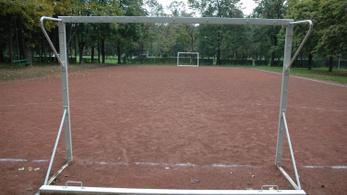Használhatatlanok a focipályák a Mészáros veje által 1,1 milliárdért felújított Sportligetben