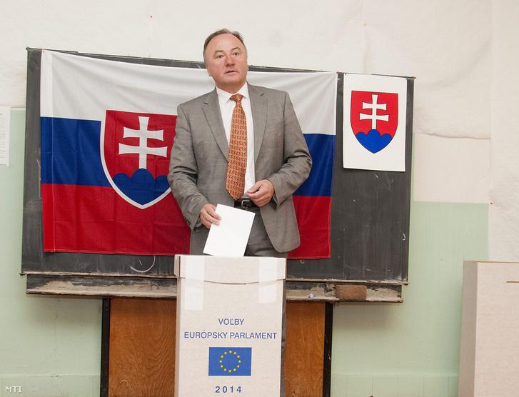 Csáky Pál író, a felvidéki Magyar Közösség Pártjának (MKP) európai parlamenti listavezetője urnába dobja szavazatát a pozsonyi 16. számú választókörzetben 2014. május 24-én.