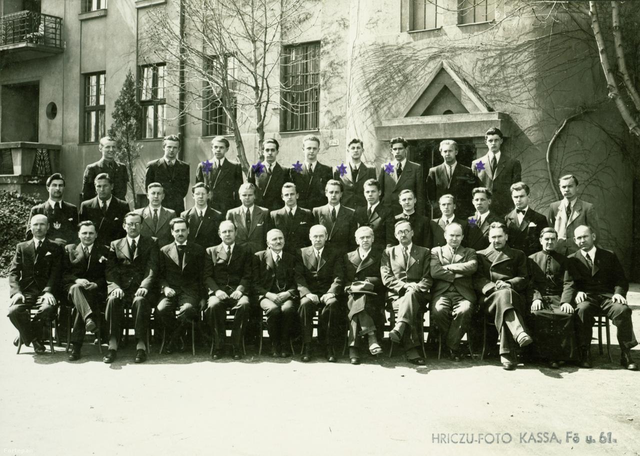 A VIII.B a kassai Sibrik utcai (ma ulica Lermontovova) egykori Magyar Királyi Állami Rákóczi Tanulóotthon udvarán 1944-ben. Csillaggal jelölve az osztály zsidó származású diákjai.