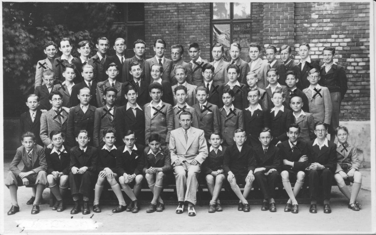 A IV.B osztály Kassán valószínűleg az akkori Szathmáry György utcai iskolapalota udvarán 1940-ben. Csillaggal jelölve az osztály zsidó származású tanulói.