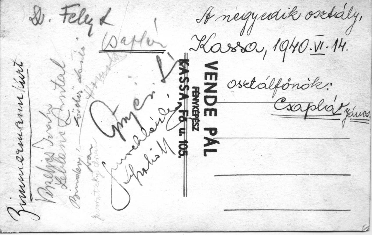 Néhány diák és tanár neve az 1940-es osztálykép hátulján.A Fortepan-kiállítás megnyitása után került elő ez az 1940-es osztálykép, az 1944-es nyolcadik bé itt még csak negyedikes. Az évkönyv szerint hatvanan jártak az osztályba, a képen ötvenhárman vannak, csillaggal jelölve a zsidó származású osztálytársak. Vajon mi vezette a csillagozó Sztehlot (vagy mást), tárgyilagos dokumentálás vagy más? És mikor jelölt: amikor már a Felvidékkel visszacsatolt Kassán is mindenféle listák születtek vagy csak évtizedekkel később? Akárhogyis, minden múlt a múltunk.