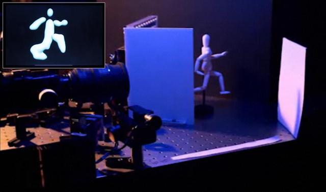 A lézeres kamera képe a fal mögött lévő báburól