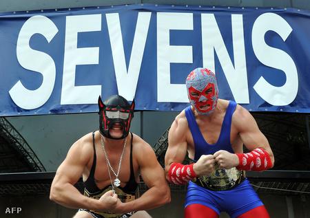 Pankrátorjelmezes szurkolók Hong Kongban a Rugby Sevens tornán