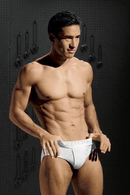 Mario Lopez saját fehérnemű-márkája, a Rated M reklámfotóján