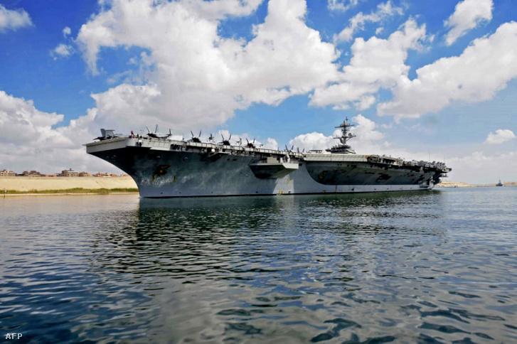 A Szuezi-csatorna hatósága által 2019. május 9-én kiadott kép, melyen az USS Abraham Lincoln dél felé halad Ismailia városától Kairótól keletre.