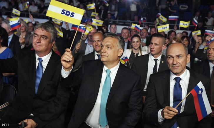Orbán Viktor miniszterelnök (k), Janez Jansa, a Szlovén Demokrata Pár (SDS) elnöke (j) és Milan Zver, az SDS európai parlamenti képviselője (b) az SDS kampányrendezvényén Celjén, a Golovec csarnokban 2018. május 11-én