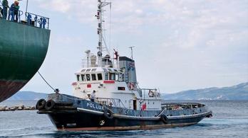 Bajba került egy komp a horvát partoknál 350 emberrel a fedélzeten