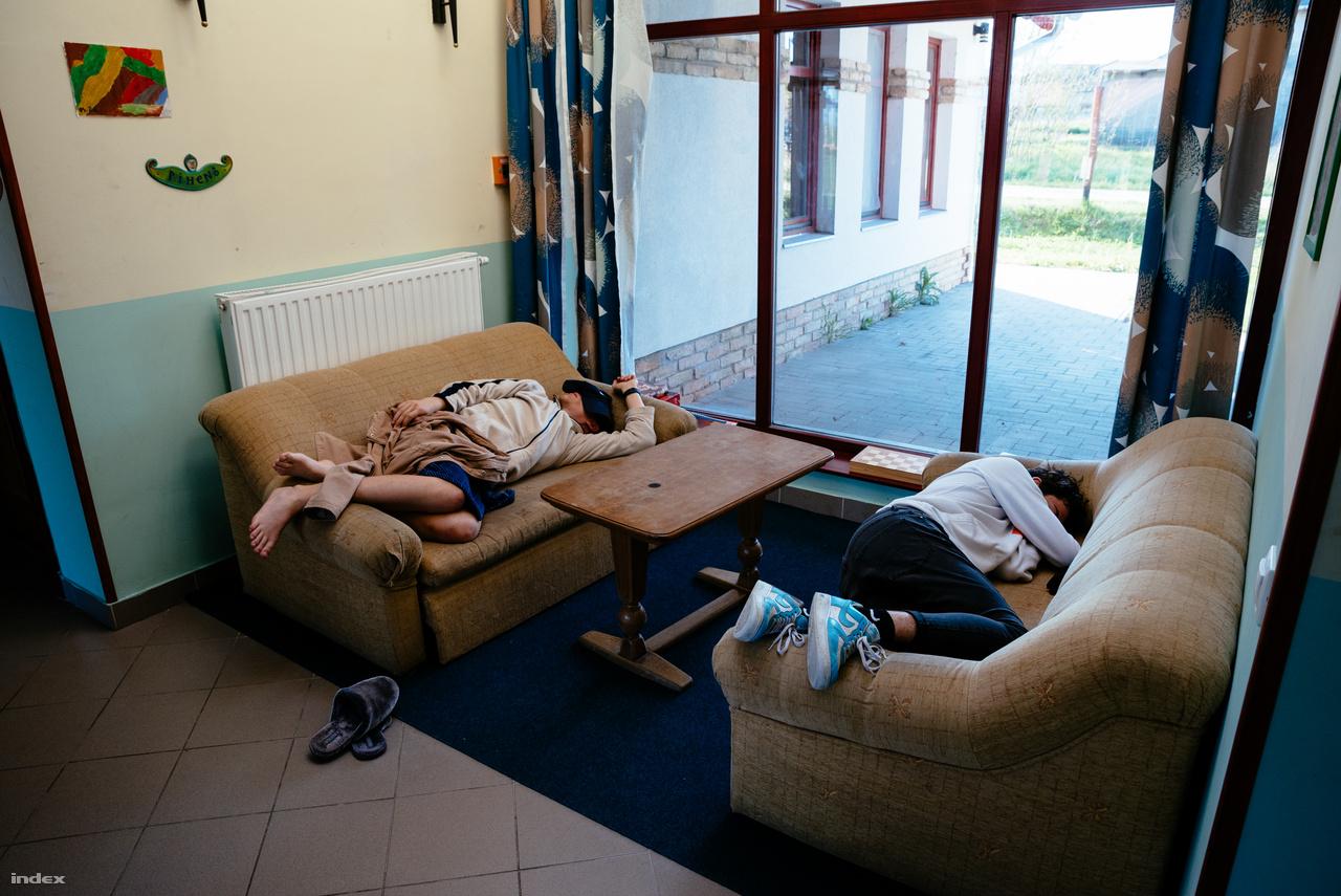 A tini részlegen a reggeli első foglalkozás után sokaknak szüksége van még egy kis pihenésre.