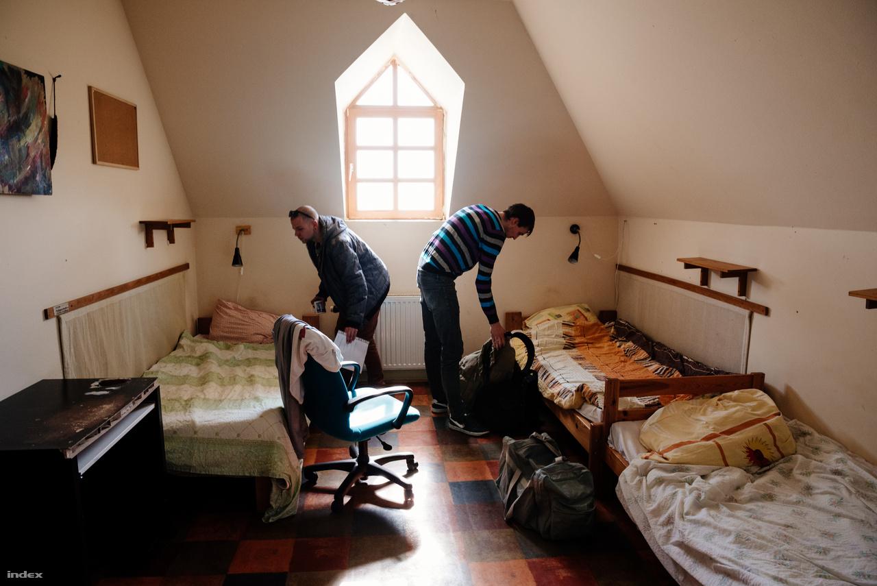 Két új lakó birtokba veszi a szobáját. Az első héten a nap minden percében egy idős lakó kíséri őket.