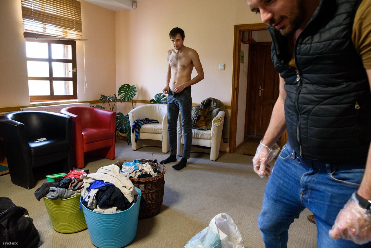 Az új lakók első állomása az úgynevezett hippelés, amikor az idősebb lakók minden csomagjukat és ruhájukat átvizsgálják, biztosítandó, hogy semmilyen drog ne kerüljön be az otthonba.