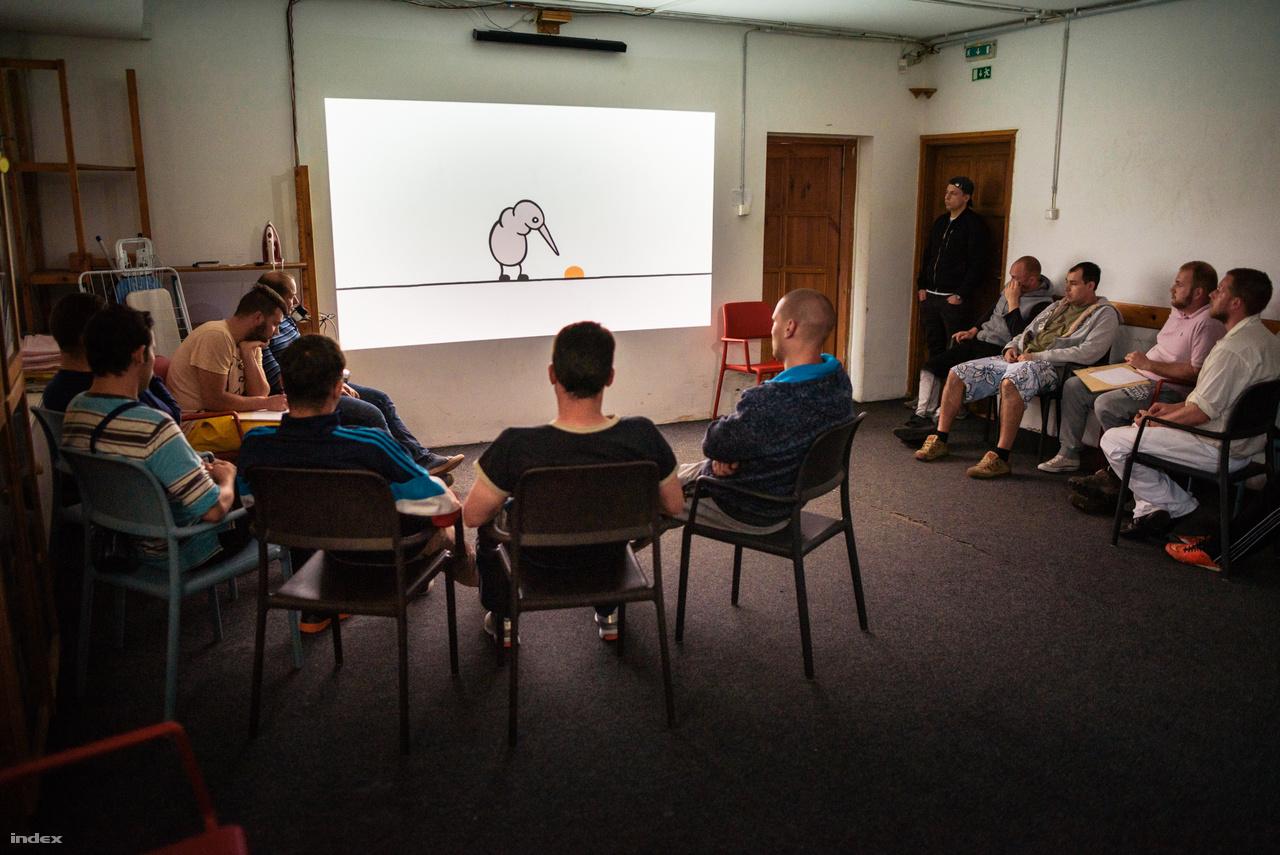 A csoportos foglalkozások keretében filmeket is néznek, itt például a Nuggets című drogprevenciós animációs filmet.