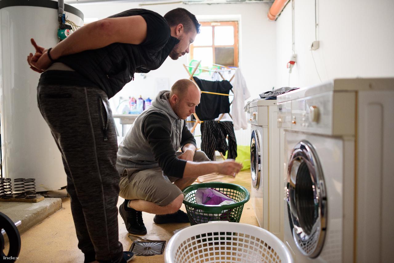 Az új lakók 3-4 nap elteltével már a közösséggel tevékenykednek, 1 hónap után már saját felelősségterületeket is kapnak, például mosodai feladatokat.