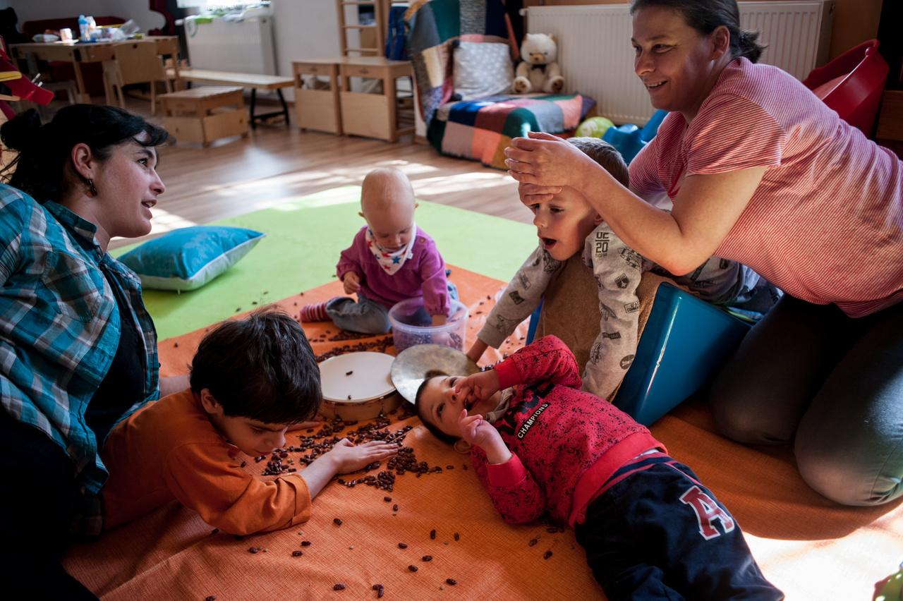 A kacifántosoknak alapvető dolgok, akár csak a fejük felemelése, egy-egy mozdulat, sokszor az ülés is kihívást jelent. Mégis: szüleik meg akarnak adni mindent, ami más gyerekeknek természetes. A napi rutint, a játékot, a mesét, a közösségi élményeket.