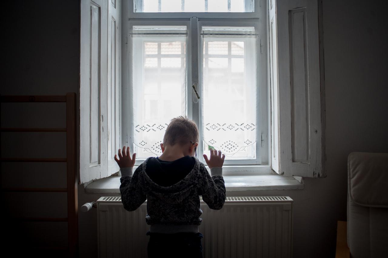 """A súlyos, halmozott sérülések miatt sokszor kilátástalan, hogy ezek a gyermekek valaha önellátó felnőttekké váljanak. Mindennapjaikban a szülők emberfeletti, 24 órás munkát végeznek, hogy mindent megadjanak számukra. Nemcsak nekik """"börtön"""" kicsit saját testecskéjük, hanem családjuk számára is véget nem érő robotmunkát jelentenek a mindennapok. A Völgyzugolyház így részben azt is megadja ezeknek a családoknak, hogy a gyermekek gyermekek, a szülők pedig – sok-sok év alvásmentes hajtása után – napi négy órát újra szabad, önálló emberi lények legyenek."""