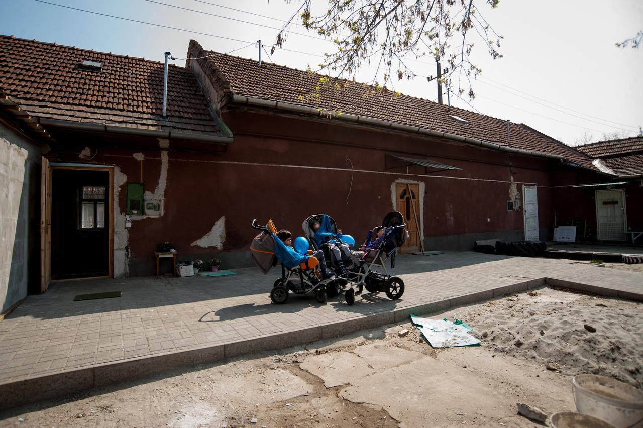 """A XVII. kerületi Völgyzugolyház Alapítvány a Kacifántosokért halmozottan sérült gyermekek szülei hozták létre 2016-ban, hogy támogatást nyújtsanak a fogyatékkal élő gyermekeknek. Egy olyan hiánypótló intézmény létrehozásával, amely a fiatalok fejlődését, kiteljesedését, és a későbbiekben a társadalomba való beilleszkedését segíti. 2018 végére, megfeszített, főként önkéntes munkával és adományokból, pályázati forrásokból hozták létre a Zugolydát – gyermekeik és családjuk közösségi """"központját"""", ahol családi fejlesztő napközijét."""