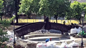 Megérkezett Nagy Imre szobra a Jászai Mari térre