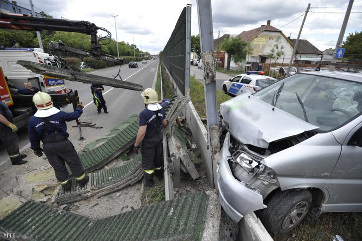 Tűzoltók a XX. kerületben a Nagykőrösi út és a Kossuth Lajos utca kereszteződésénél ahol több méteres szakaszon kidöntötte egy autós a zajvédő falat 2019. május 10-én.