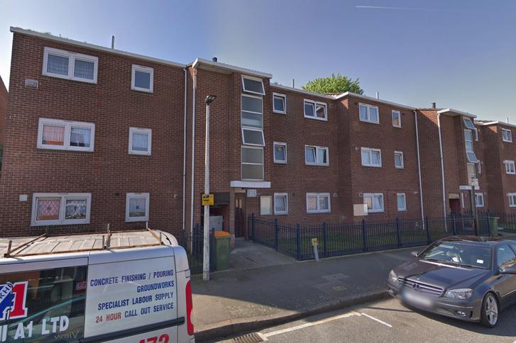 A holttesteket a kelet londoni Canning Town városrész Vandome Close utcájának egyik lakásában találták meg.