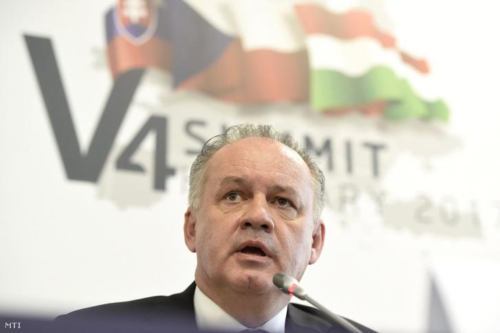 Andrej Kiska szlovák köztársasági elnök a visegrádi országok (V4) államfõi találkozója második napján tartott satótájékoztatón a szekszárdi megyeházán 2017. október 14-én.