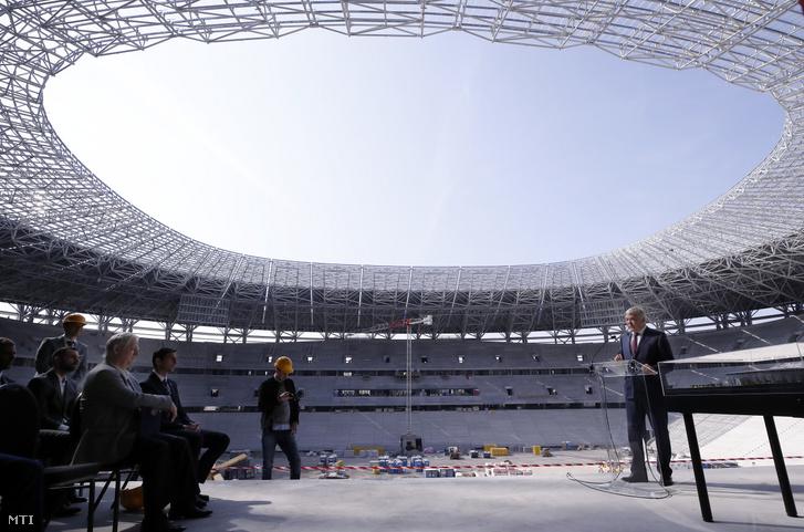 Csányi Sándor a Magyar Labdarúgó Szövetség (MLSZ) elnöke beszél az épülő Puskás Aréna helyszínbejárásán 2019. április 2-án.