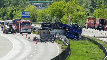 Felborult egy kamion az M0-son, egy időre mindkét pályát lezárták