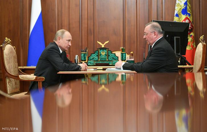 Vlagyimir Putyin orosz elnök (b) Nyikolaj Tokarevvel a Transznyefty állami olajszállítmányozási vállalat elnökével beszél a moszkvai Kremlben 2019. április 30-án.